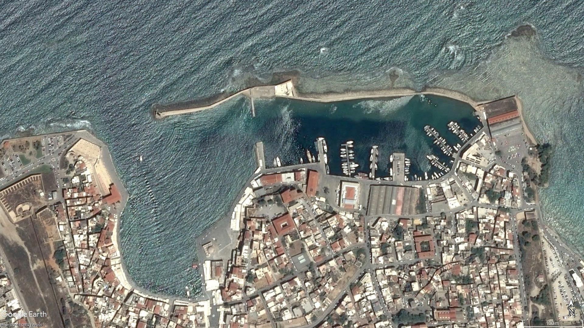 Satellite image of the Venetian harbour during mild wave conditions (January 2010). Image taken from Google Earth®.